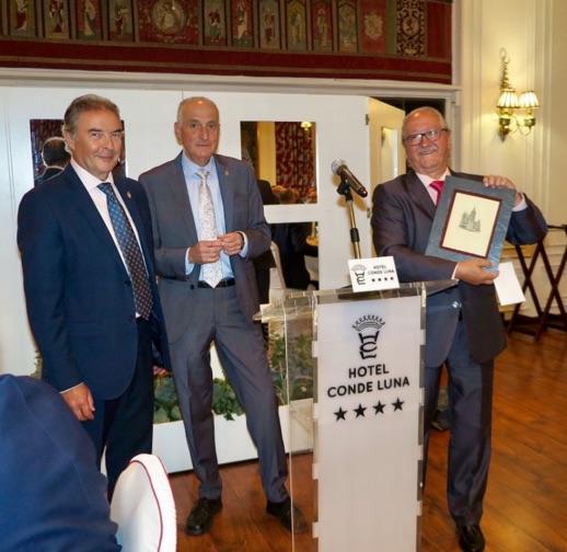 Momento en el que D. Miguel Ferrero, decano del Colegio de León, acompañado de D. Francisco Miguel Andrés Río, hace entrega de la placa a D. José Carlos Pardo, presidente de Mupiti